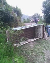 Sefaköy'de çay kamyonu devrildi