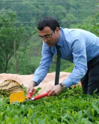 Kaymakam Eren Arslan çay bahçesinde