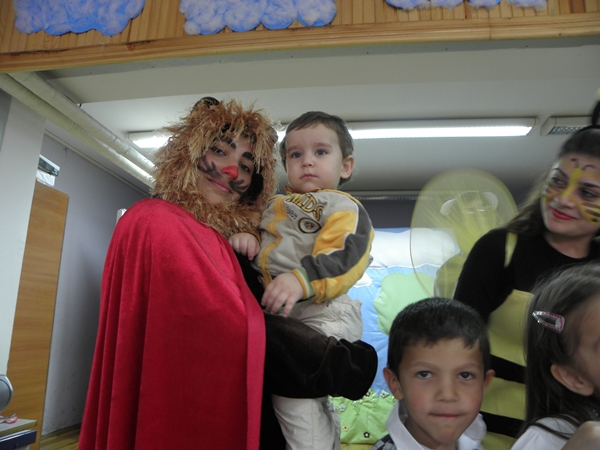 ŞAT'lı 'ablalardan' miniklere tiyatro gösterisi