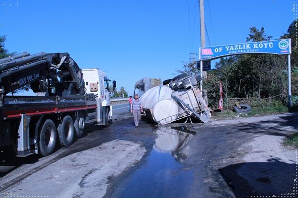 Beton yüklü kamyon ters dönerek yandı