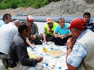 Kaymakamdan Of-Çaykara yolunda adana kebabı ziyafeti