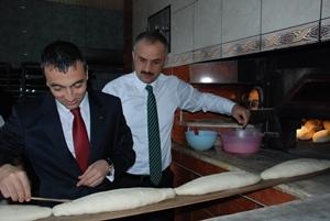 Kaymakam Arslan fırında ekmek pişirdi!