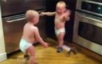 İki Bebeğin birbiri ile tartışmalı muhabbeti:)