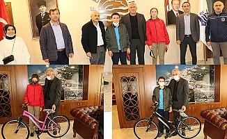 Of Belediyesi'nden başarılı öğrencilere bisiklet